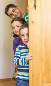 Kinder hinter Schranktür. Foto: Mary Cronos