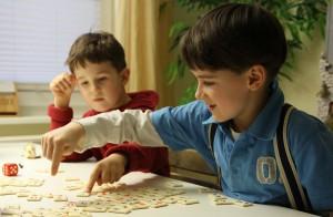 Zwei Jungen spielen. Foto: Mary Cronos