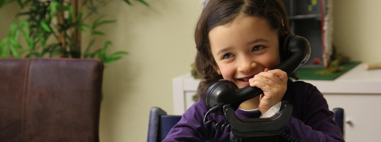 Mädchen am Telefon. Foto: Mary Cronos