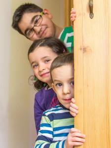 Kinder hinter einer Schranktür. Foto: Mary Cronos